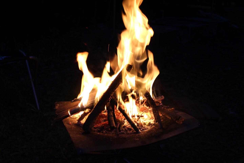 ファイヤスタンドで焚き火の写真