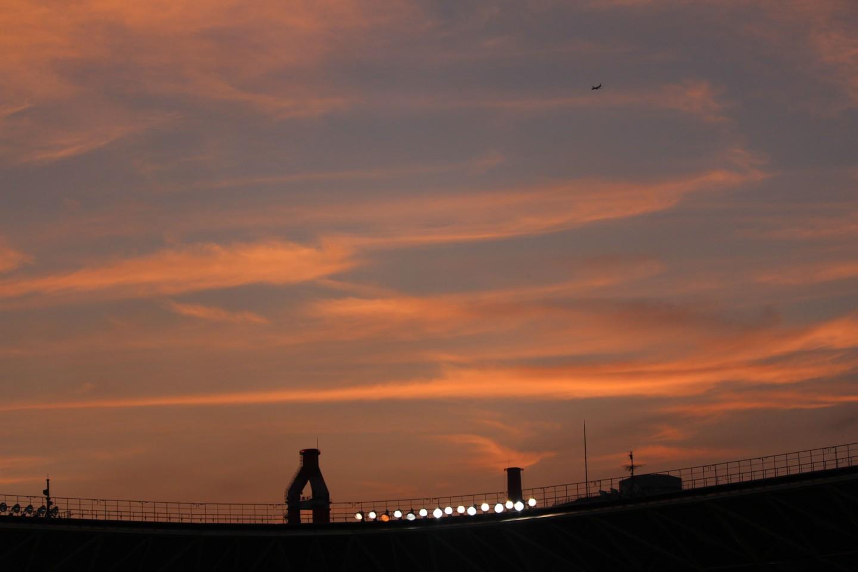 千葉市 夕暮れのフクダ電子アリーナと飛行機の写真2