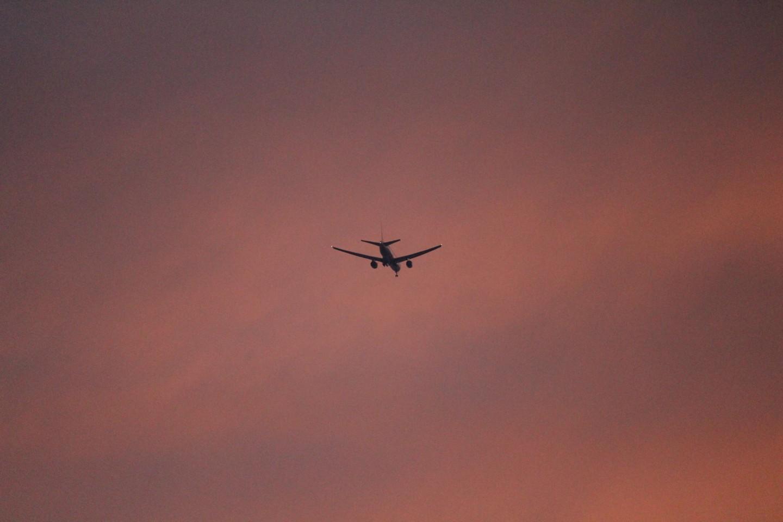 千葉市 夕暮れのフクダ電子アリーナと飛行機の写真3