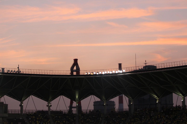 千葉市 夕暮れのフクダ電子アリーナと飛行機の写真4