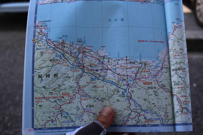 紙のアナログ地図の写真