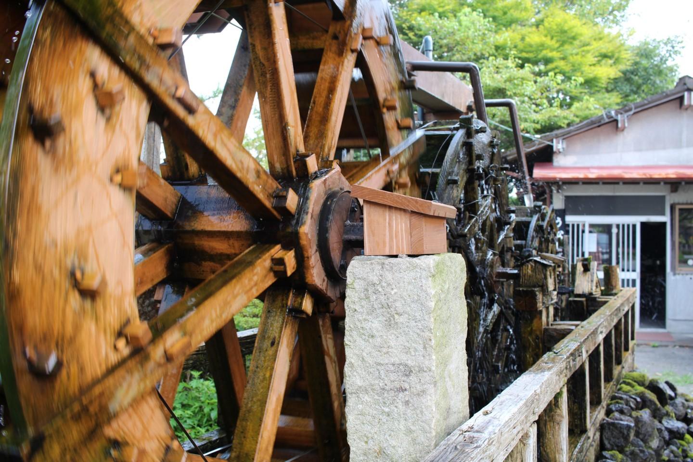 阿蘇神社付近の水車の写真
