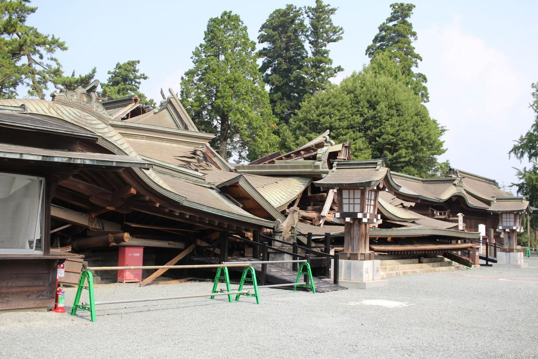 倒壊した阿蘇神社の写真