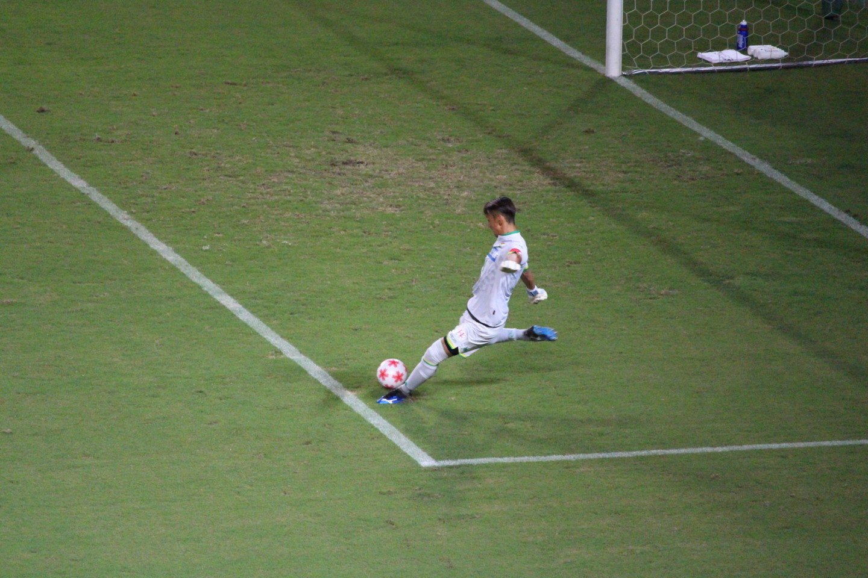 天皇杯1回戦 ジェフ千葉 VS 北海道教育大学岩見沢校 岡本選手のゴールキックの写真