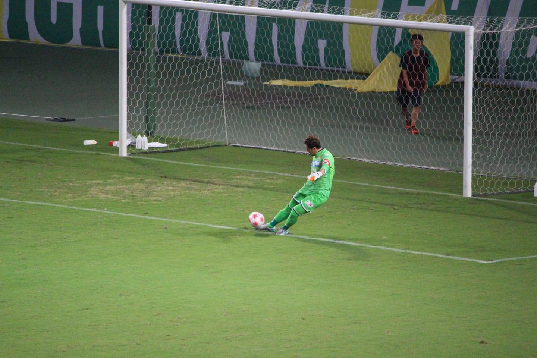 天皇杯 2回戦 千葉 VS 金沢 佐藤のゴールキックの写真