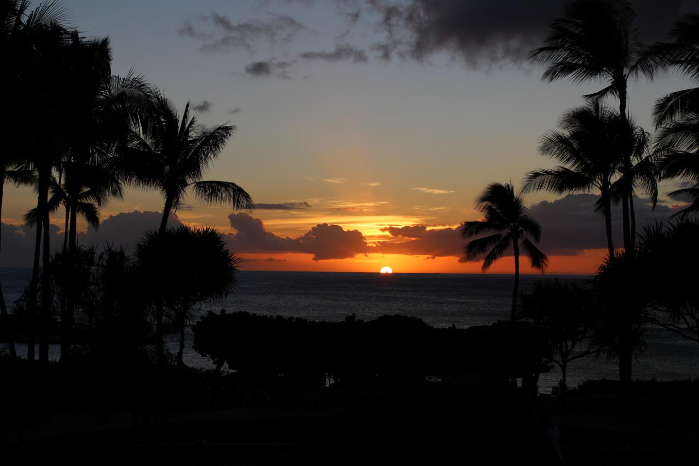 太陽が沈む瞬間のコオリナビーチの写真