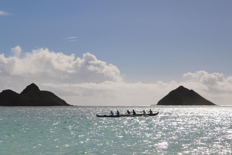 ラニカイ・ビーチに浮かぶカヌーの写真