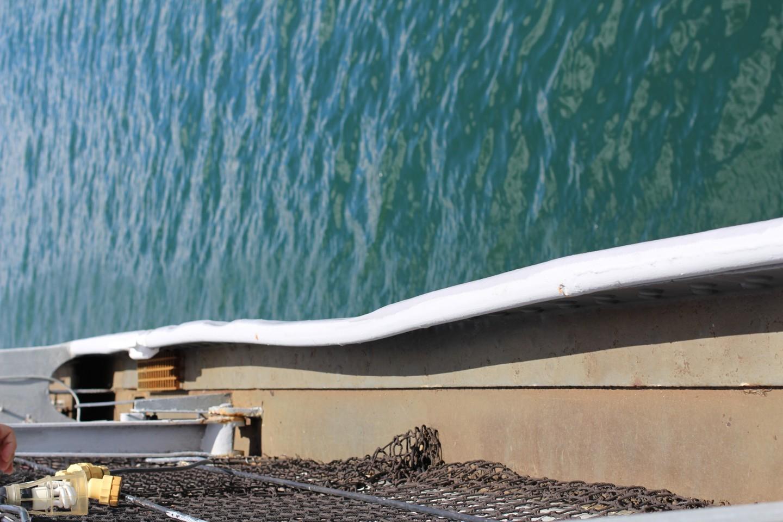 戦艦ミズーリに特攻隊が衝突した痕の写真