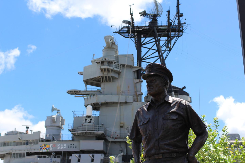 マッカーサー元帥と戦艦ミズーリの写真