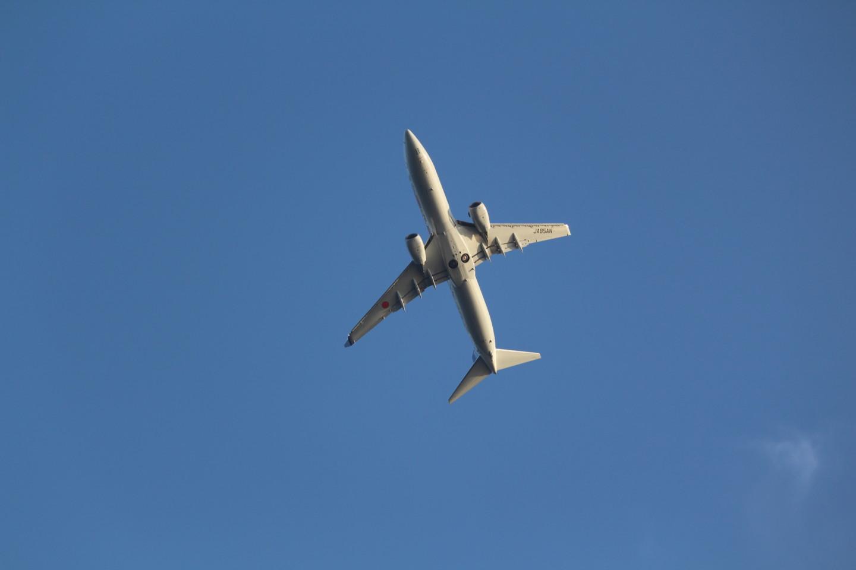 羽田空港からと離陸する飛行機の下側の写真
