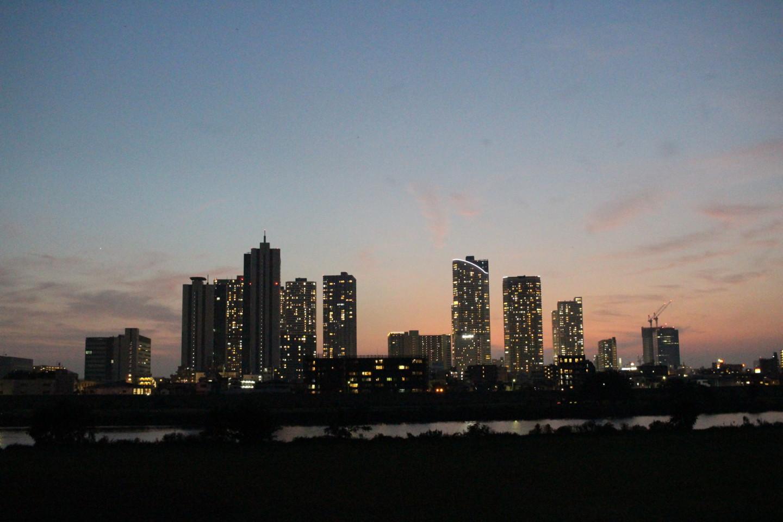 多摩川の日没後の夜景の写真