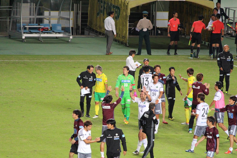 J2 第36節 千葉 VS 松本 試合終了後の反町監督と船山の写真