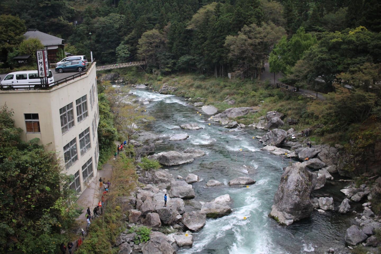 御嶽駅前の多摩川の写真