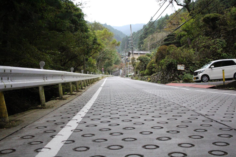 御岳山ケーブルカー乗り場前の激坂の写真