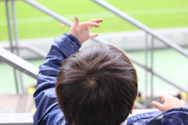 J2 第38節 千葉 VS 長崎 試合観戦する親戚の子供(4歳)の写真