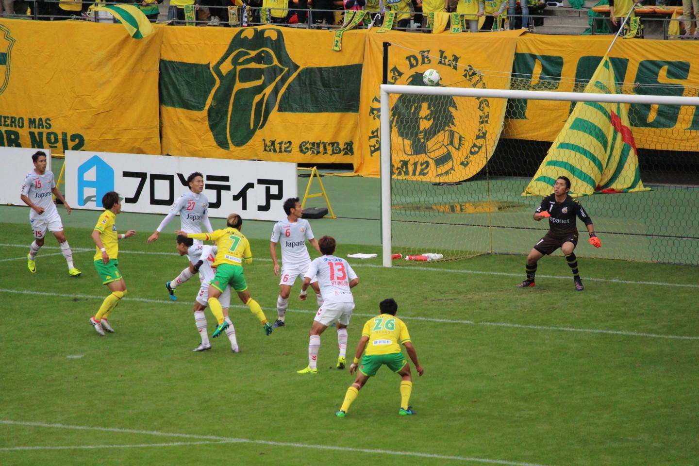 J2 第38節 千葉 VS 長崎 佐藤勇人選手のシュートの写真