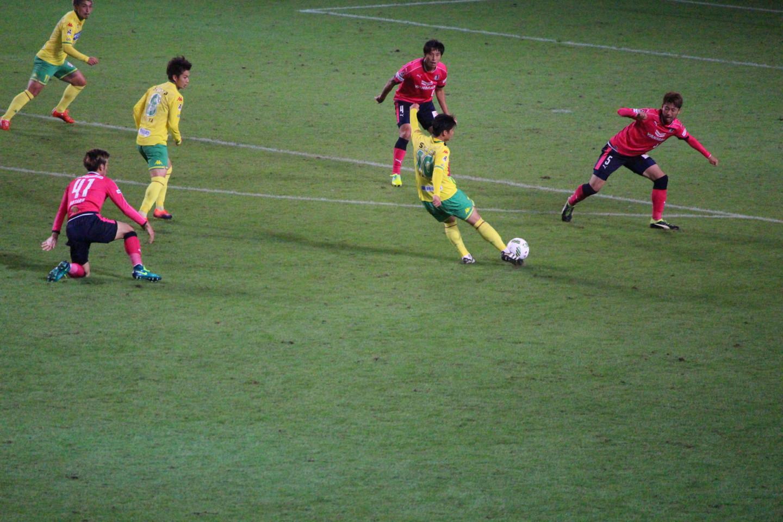 J2 第39節 千葉 VS C大阪 長澤選手のシュートの写真