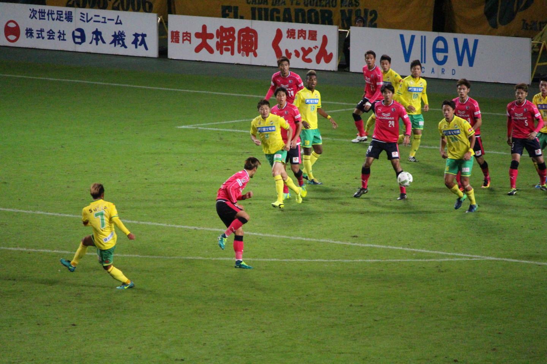 J2 第39節 千葉 VS C大阪 佐藤勇人選手のシュートの写真
