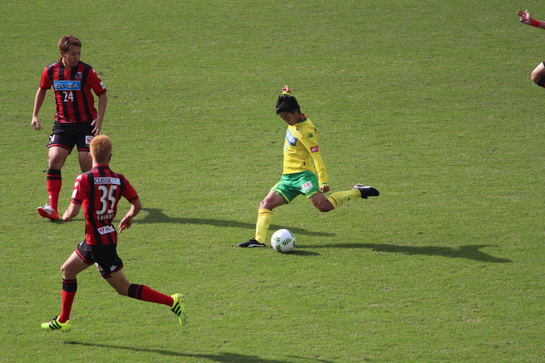 J2 第41節 千葉 VS 札幌 町田選手のロングシュートの写真