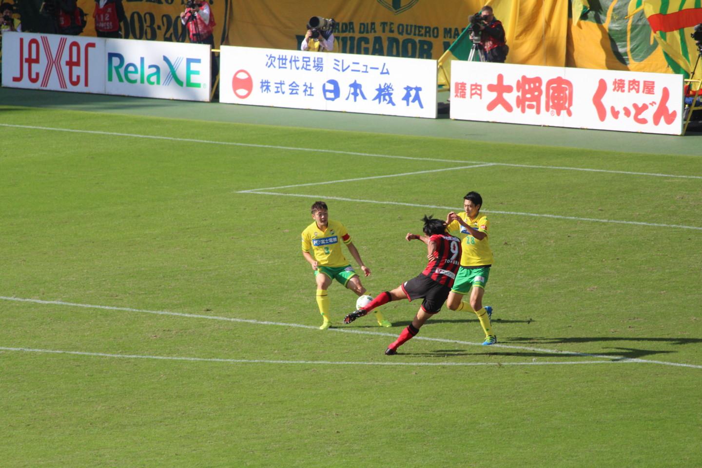 J2 第41節 千葉 VS 札幌 前半の都倉選手のシュートの写真