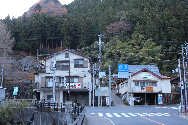 檜原村役場の交差点の写真