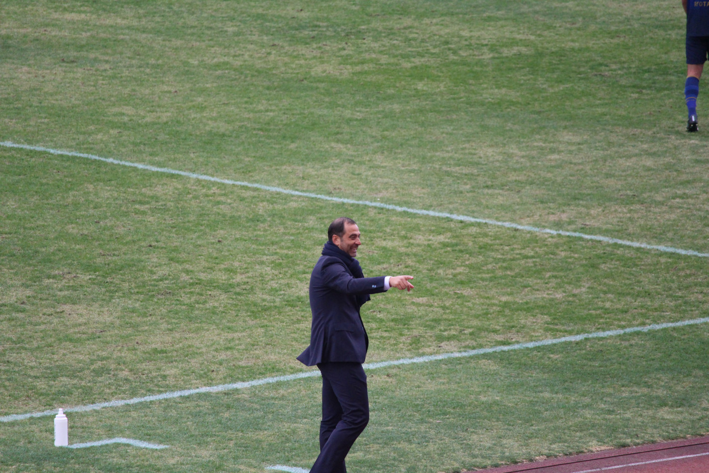 J2 第1節 町田 VS 千葉 試合中のエスナイデル監督の写真
