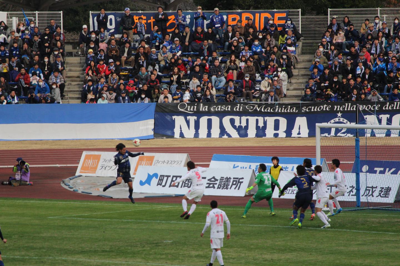 J2 第1節 町田 VS 千葉 町田の選手のヘディングシュートの写真