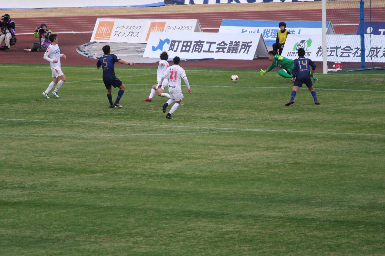 J2 第1節 町田 VS 千葉 深津選手のシュートの写真