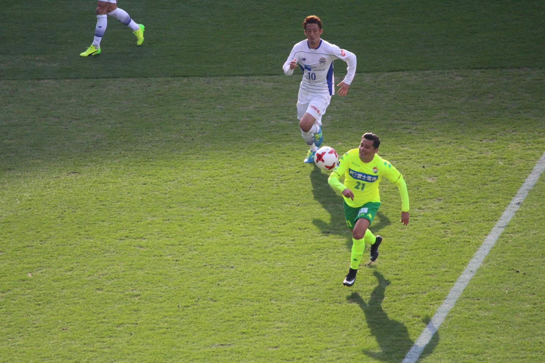 J2 第2節 千葉 VS 山形 ボールを追うサリーナス選手の写真