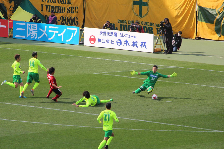 J2 第3節 千葉 VS 名古屋 佐藤寿人選手のシュートの写真