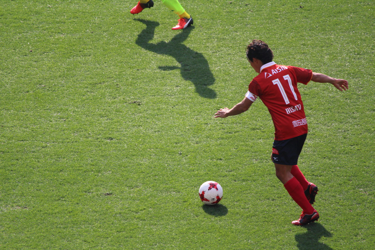 J2 第3節 千葉 VS 名古屋 佐藤寿人選手のドリブルの写真