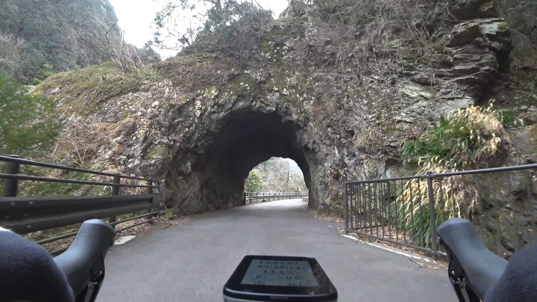青梅街道のトンネルの写真