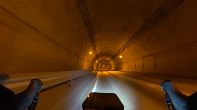 日原トンネルの中の写真