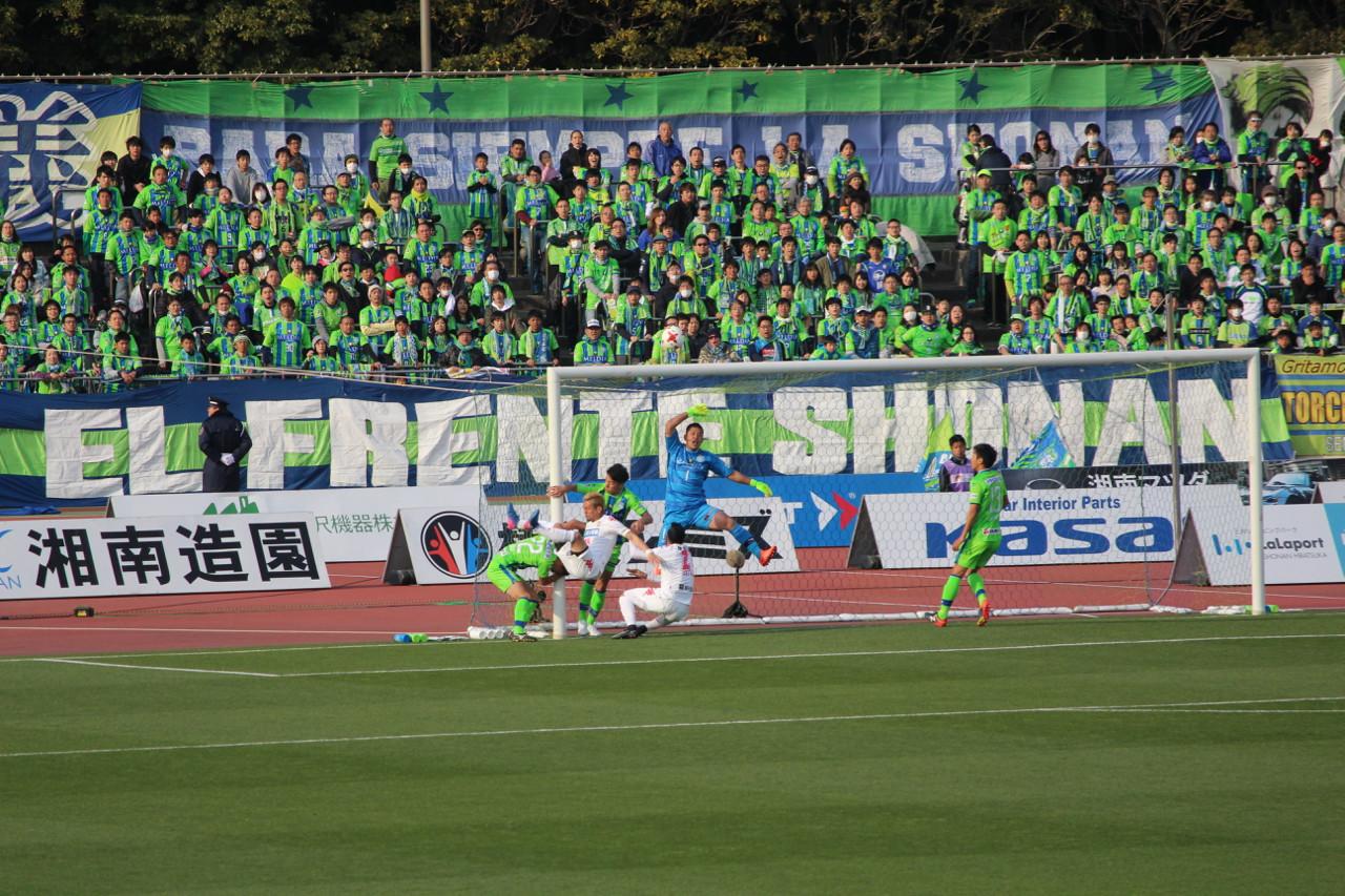 J2 第5節 湘南 VS 千葉 前半クロスに飛び込むサリーナス選手と比嘉選手の写真