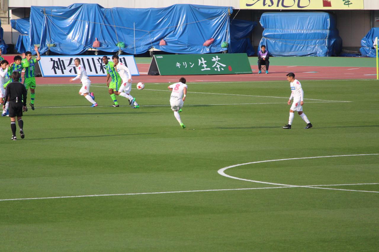 J2 第5節 湘南 VS 千葉 清武選手のフリーキックの写真