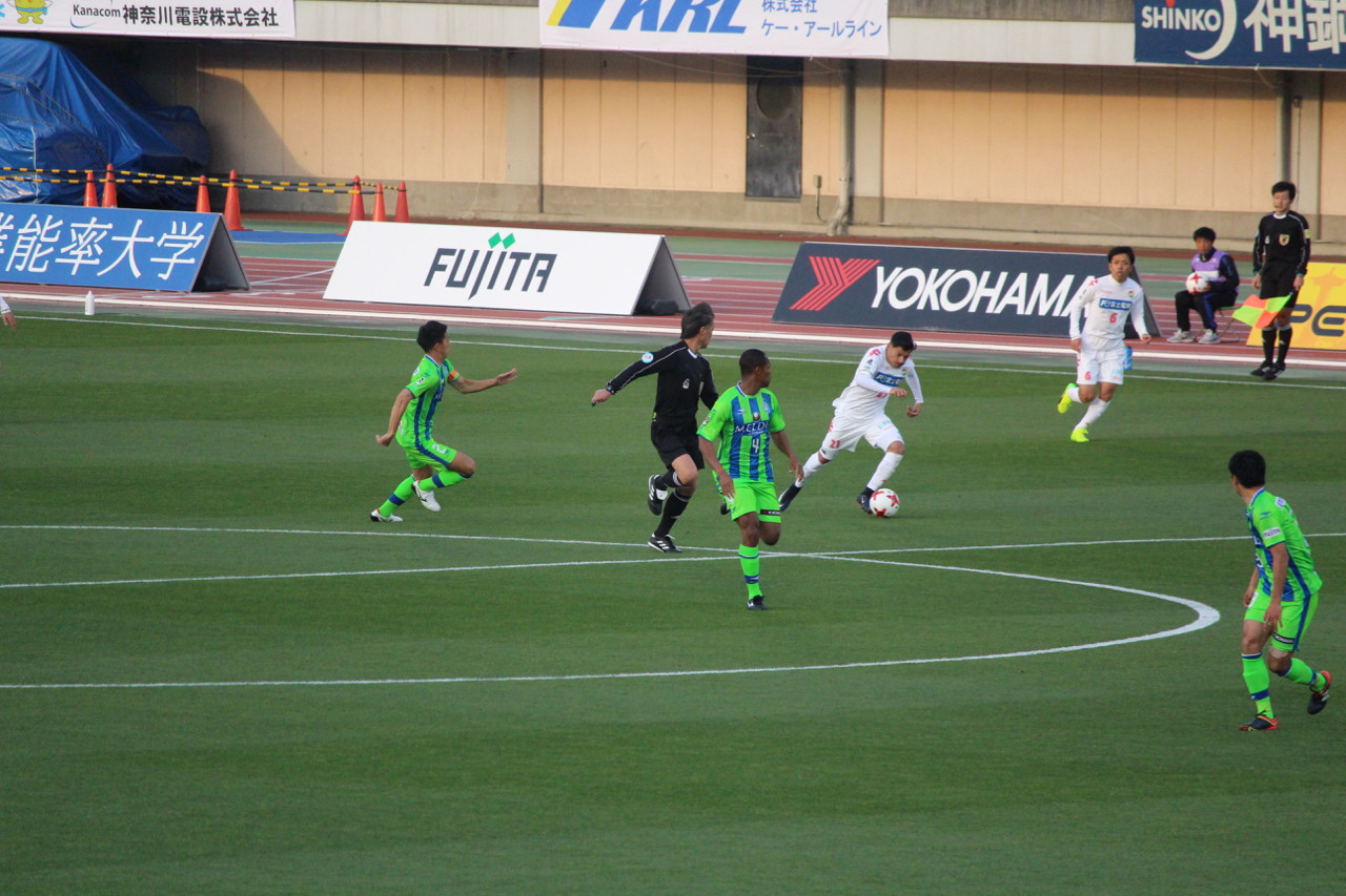 J2 第5節 湘南 VS 千葉 サリーナス選手のドリブルの写真