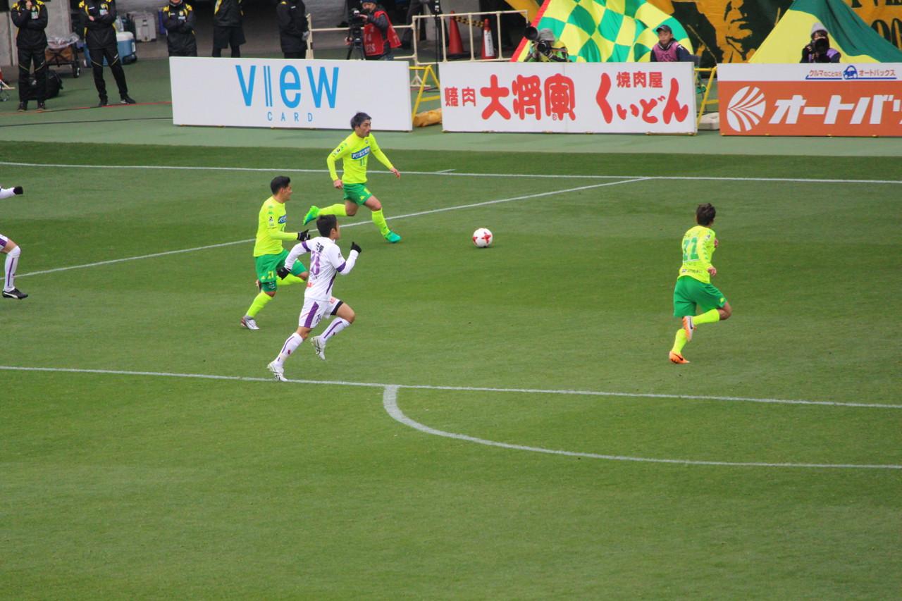 J2 第6節 千葉 VS 京都 船山選手のドリブルの写真