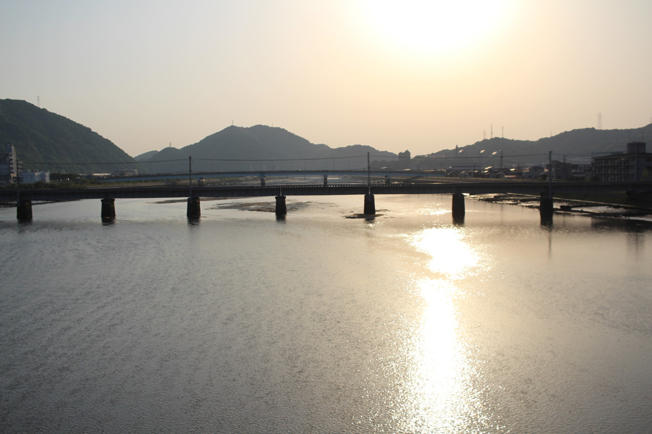 三原市 沼田大橋から見える夕日の写真