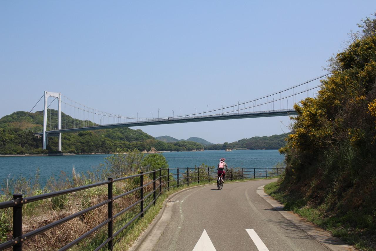 しまなみ海道 伯方島から大島へかかる橋を降りるスロープの写真