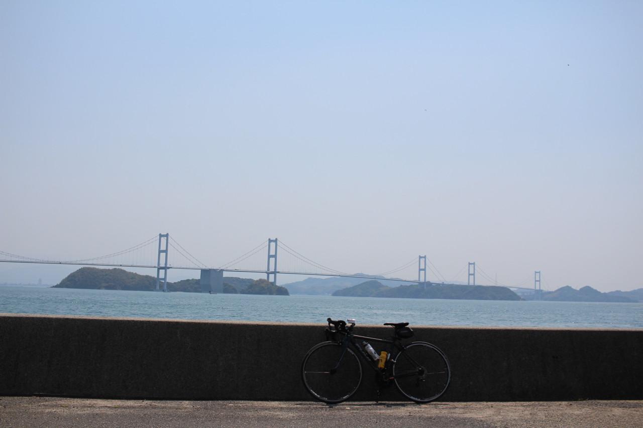 しまなみ海道 大島から四国本島へかかる橋をバックにFUJI ROUBAIXの写真