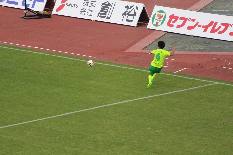J2 第11節 讃岐 VS 千葉 山本真希選手のクロスの写真