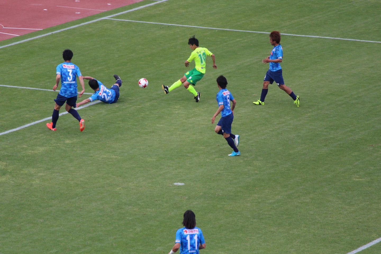 J2 第11節 讃岐 VS 千葉 ブロックされる町田選手のシュートの写真