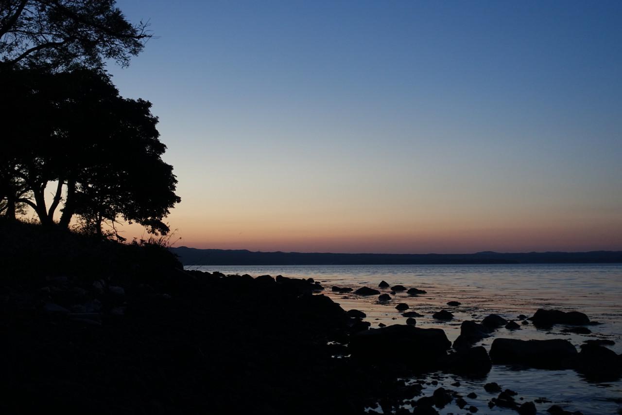能登島 トワイライトタイムのWeランドから見える海の写真