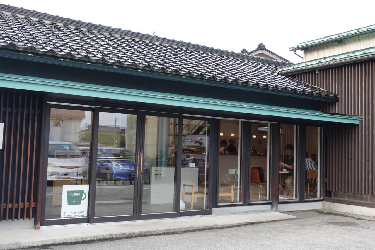 二三味珈琲カフェの外観の写真