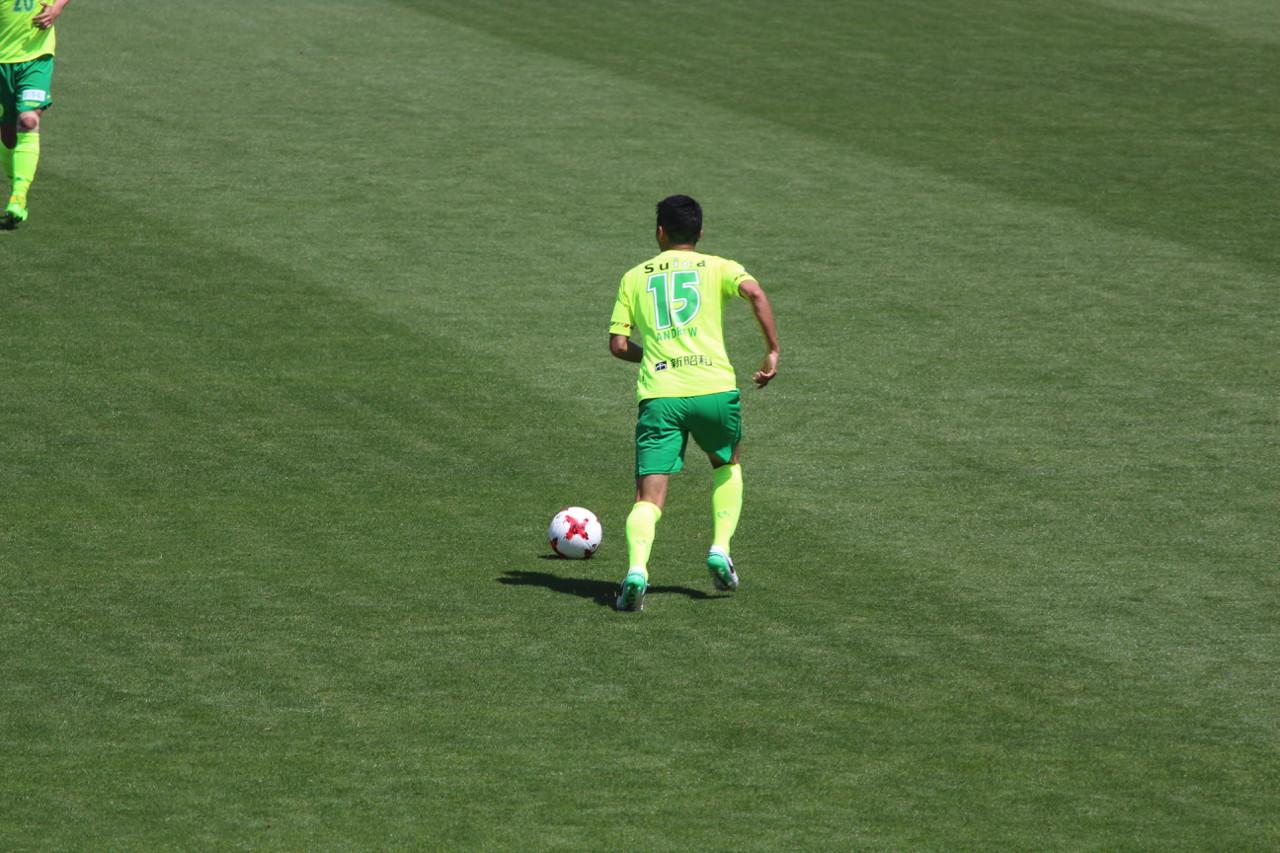 J2 第12節 金沢 VS 千葉 ドリブルしばがらパスの出しどころを探す熊谷選手の写真