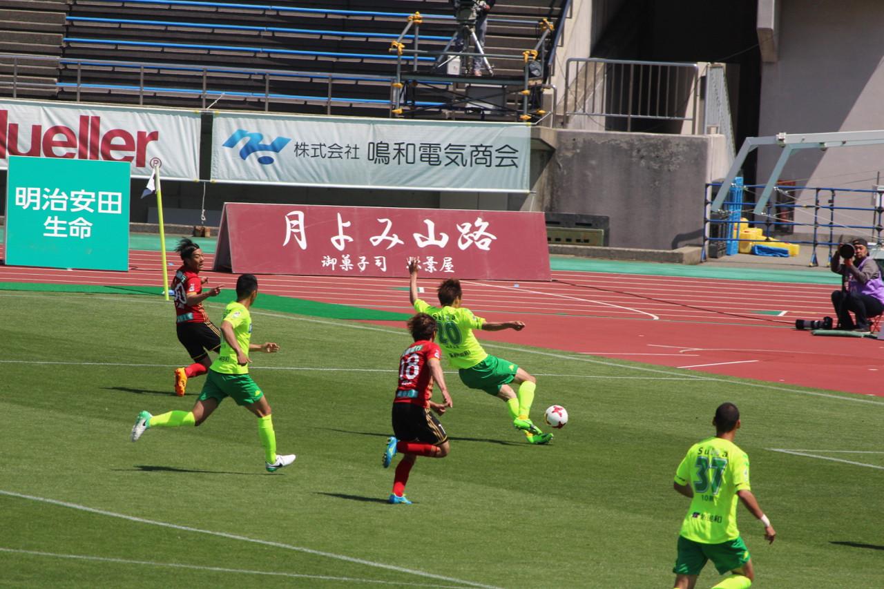 J2 第12節 金沢 VS 千葉 若狭選手のオウンゴールの写真