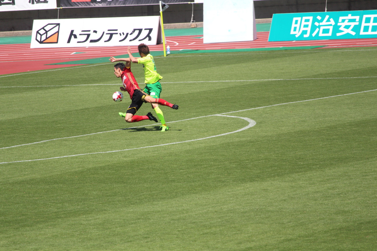 J2 第12節 金沢 VS 千葉 倒して退場に追い込まれる若狭選手の写真