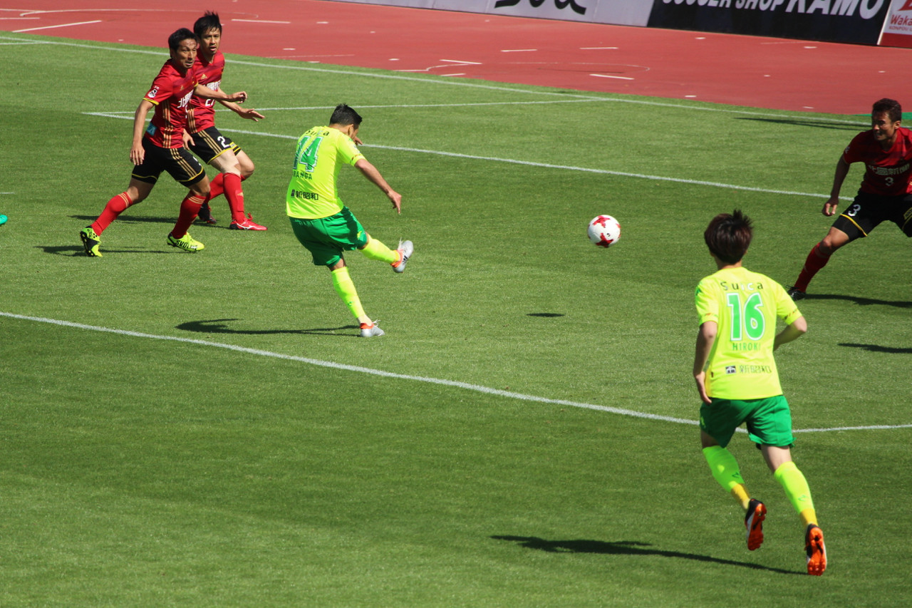 J2 第12節 金沢 VS 千葉 アランダ選手のシュートの写真