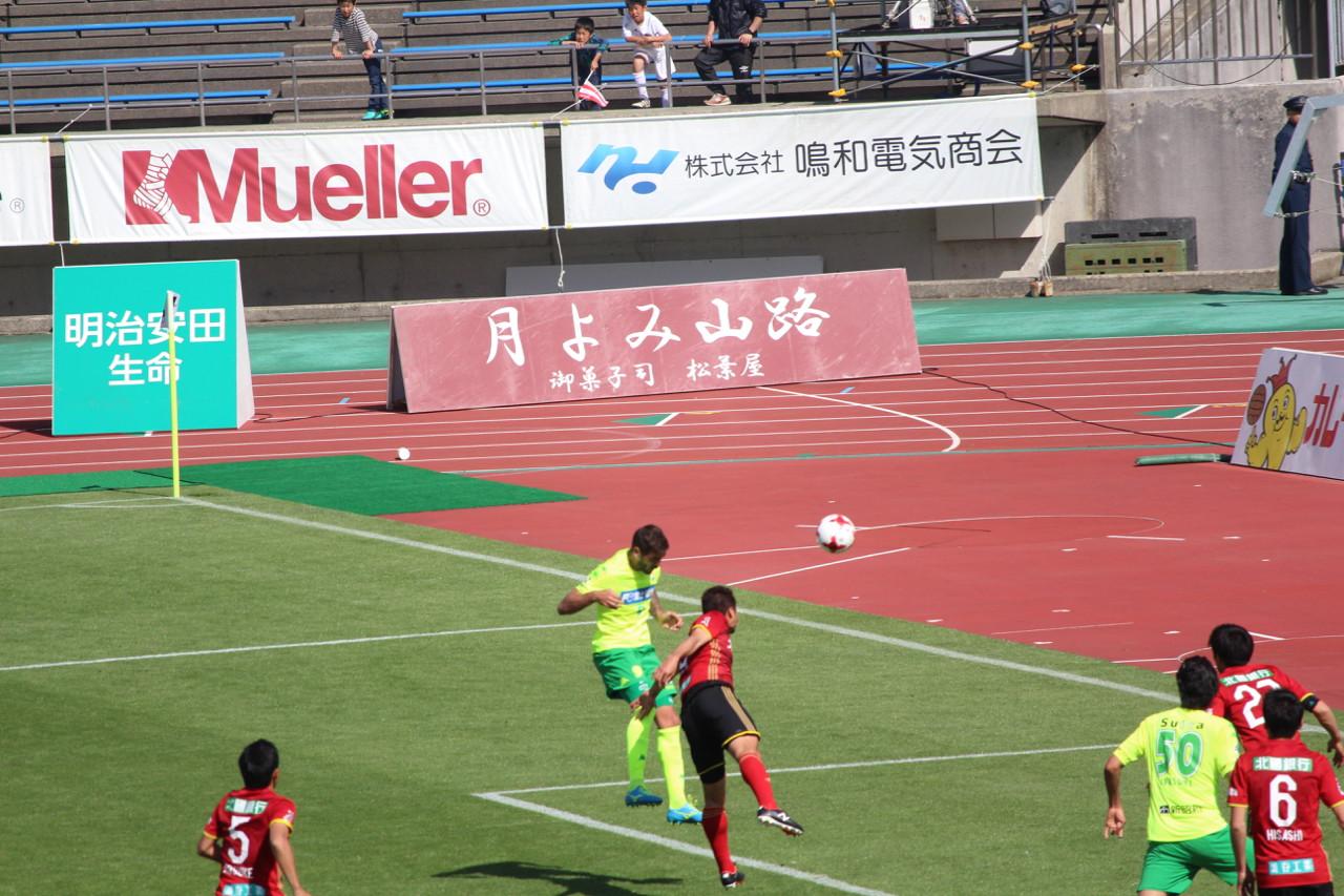 J2 第12節 金沢 VS 千葉 ラリベイ選手の試合終了直前のヘディングシュートの写真