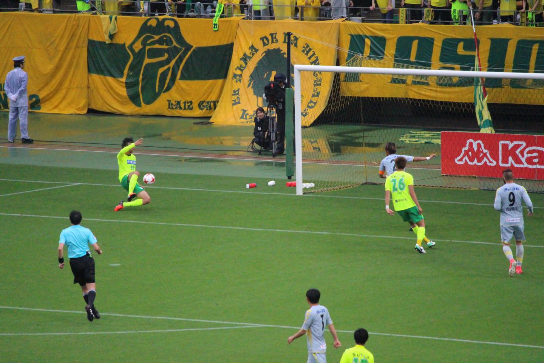 J2 第13節 千葉 VS 長崎 ゴールに突っ込む指宿選手の写真